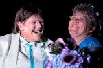 למברט (מימין) וראד רגע אחרי שהוכרזו נשואות משפחות הקשת. צילום רויטרס