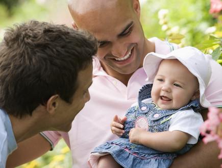 זוגות חד מיניים יוכלו לעשות ילד בלי לפנות לפונדקאית בחול. צילום-אימג'בנקThinkstock